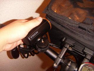 フロントバッグをつけると、ヘッドライトが使えない