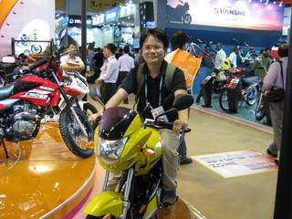 SUKIDAのバイクに跨がる