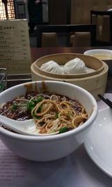 朝御飯の炒醤麺と豚肉まん