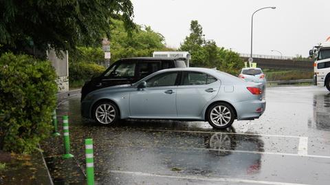雨の中を走って車が綺麗に