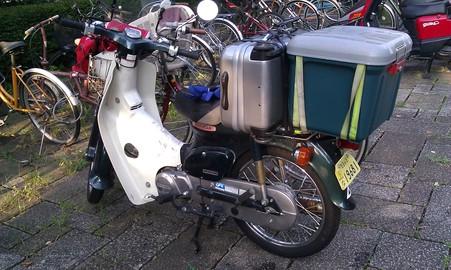 空港まではバイクで移動