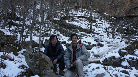 雪道の中を下山
