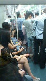 深圳地鉄で洗濯機を運んでいるw