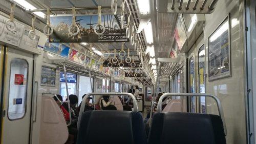 羽田空港→品川の京急車内、つり革多い