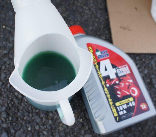 初めて見た緑色のエンジンオイル