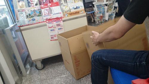郵便局で荷造りする中国人