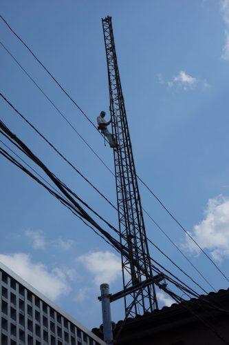 タワーに登るMFBさん